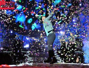 "Glastonbury 2016: i Coldplay suonano ""Staying Alive"" con Barry Gibb dei Bee Gees"