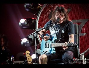 Una chitarra firmata da Foo Fighters e R.E.M. all'asta contro Trump