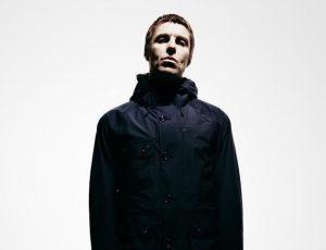 Liam Gallagher: un fan si mette a pelare una patata ad un concerto (per prendere in giro Noel)