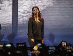 Lana Del Rey in concerto in Belgio è caduta travolta da un fan