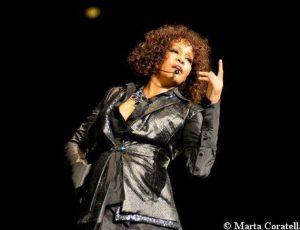 Whitney Houston oggi avrebbe compiuto 55 anni.