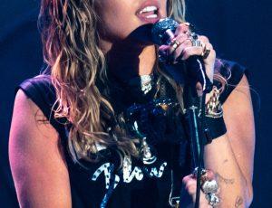 Miley Cyrus sta lavorando a un album di cover dei Metallica